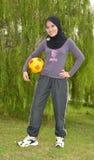 Giovane donna con la sfera Fotografia Stock