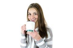 Giovane donna con la tazza Immagine Stock