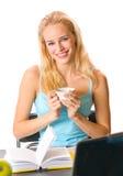 Giovane donna con la tazza di caffè Fotografie Stock