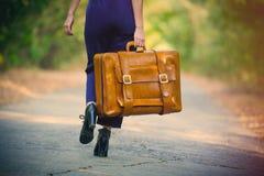 Giovane donna con la valigia Immagine Stock Libera da Diritti