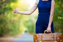 Giovane donna con la valigia Immagine Stock