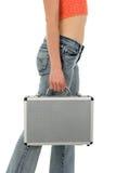 Giovane donna con la valigia del metallo Fotografie Stock Libere da Diritti