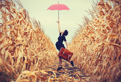 Giovane donna con la valigia e l'ombrello Fotografie Stock