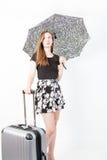 Giovane donna con la valigia e l'ombrello su fondo bianco Fotografie Stock Libere da Diritti
