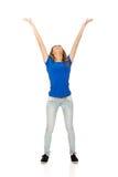 Giovane donna con le braccia alzate Fotografia Stock
