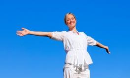 Giovane donna con le braccia aperte Immagini Stock