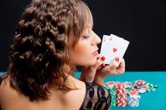 Giovane donna con le carte della mazza Fotografia Stock