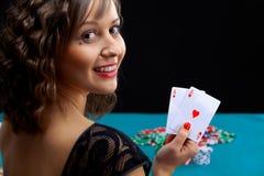 Giovane donna con le carte della mazza Fotografia Stock Libera da Diritti