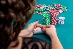 Giovane donna con le carte della mazza Fotografie Stock