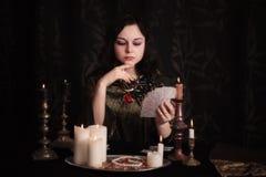 Giovane donna con le carte di divinazione Fotografia Stock