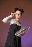 Giovane donna con le cartelle delle carte Immagini Stock