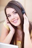 Giovane donna con le cuffie Fotografia Stock