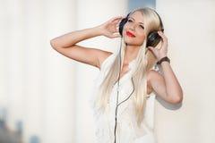 Giovane donna con le cuffie Goda della musica Fotografia Stock Libera da Diritti