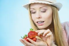 Giovane donna con le fragole fresche Immagini Stock Libere da Diritti