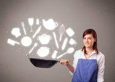 Giovane donna con le icone degli accessori della cucina Fotografia Stock Libera da Diritti