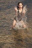 Giovane donna con le labbra rosse in acqua Immagine Stock Libera da Diritti