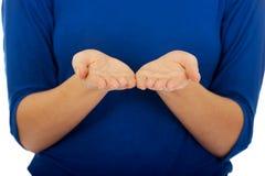 Giovane donna con le mani aperte Immagine Stock Libera da Diritti