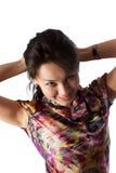Giovane donna con le mani dietro la sua testa fotografia stock libera da diritti
