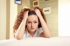 Giovane donna con le mani sulla sua testa Fotografia Stock