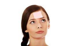 Giovane donna con le note appiccicose sulla fronte Fotografia Stock Libera da Diritti
