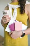 Giovane donna con le note, lo smartphone ed il caffè Fotografia Stock Libera da Diritti