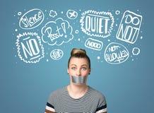 Giovane donna con le nuvole incollate di pensiero e della bocca Fotografia Stock Libera da Diritti