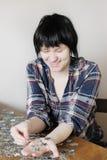 Giovane donna con le parti del puzzle Immagini Stock Libere da Diritti
