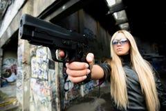 Giovane donna con le pistole Fotografie Stock Libere da Diritti