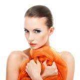 Giovane donna con lo scialle arancione Immagini Stock