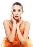 Giovane donna con lo scialle arancione Immagine Stock