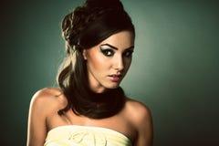 Giovane donna con lo sguardo sensuale Fotografie Stock