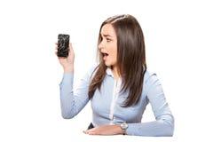 Giovane donna con lo smartphone rotto Fotografia Stock Libera da Diritti