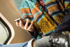 giovane donna con lo smartphone sul treno Fotografia Stock