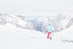 Giovane donna con lo snowboard Immagini Stock Libere da Diritti