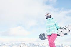 Giovane donna con lo snowboard Fotografie Stock