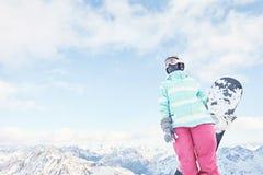 Giovane donna con lo snowboard Immagine Stock
