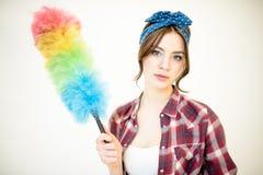 Giovane donna con lo spolveratore immagini stock libere da diritti