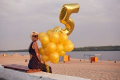 Giovane donna con molti palloni dorati Fotografia Stock Libera da Diritti