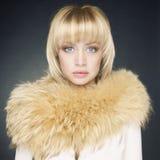 Giovane donna con pelliccia Immagine Stock
