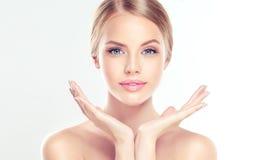 Giovane donna con pulito, fresco, pelle immagini stock libere da diritti