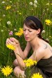 Giovane donna con raffreddore da fieno in un prato del wildflower Fotografia Stock Libera da Diritti