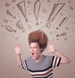Giovane donna con stile di capelli ed i segni disegnati a mano di esclamazione Fotografia Stock