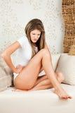 Giovane donna con stomachache Fotografia Stock Libera da Diritti