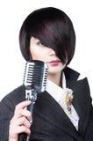 Giovane donna con taglio di capelli di modo che tiene un'annata Immagini Stock Libere da Diritti