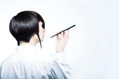 Giovane donna con taglio di capelli di modo che tiene un cigaret Fotografia Stock Libera da Diritti