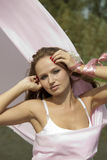 Giovane donna con tessuto dentellare che fluttua nella vittoria Fotografia Stock