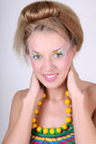 Giovane donna con trucco e coiffure creativi fotografia stock libera da diritti