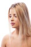 Giovane donna con trucco porpora in foto dello studio fotografia stock