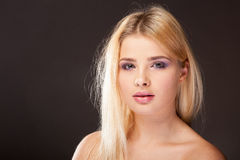 Giovane donna con trucco porpora in foto dello studio immagini stock