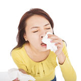 Giovane donna con un'allergia che starnutisce nei tessuti Immagini Stock